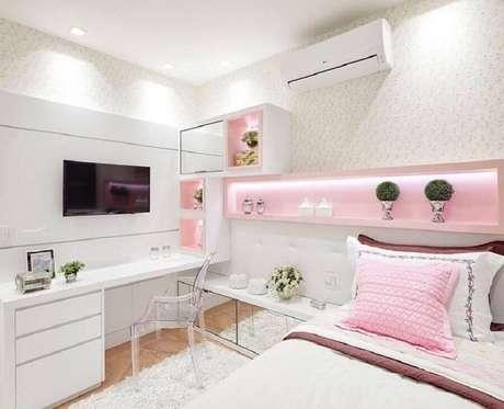 46. Delicada decoração para quarto rosa e branco com móveis planejados e papel de parede – Foto: Pinterest