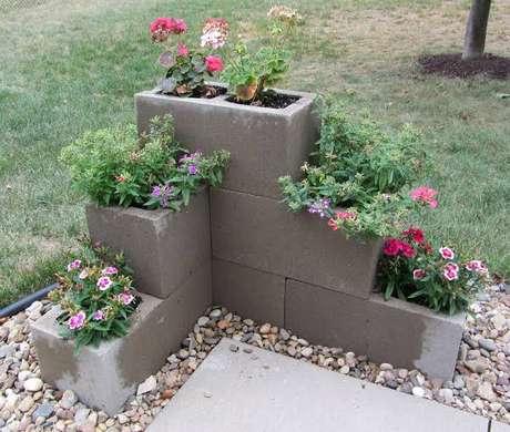 44. Floreira com bloco de cimento – Via: Pinterest