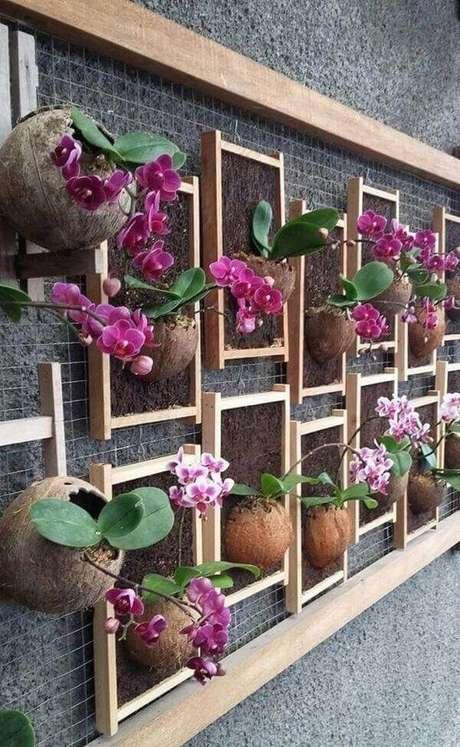 45. Floreira com orquídeas na parede – Via: Andro