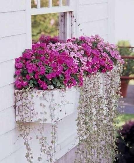 46. Flores cor de rosa na janela de casa – Via: Tersessenta