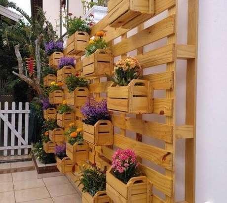 48. Floreira vertical feita com caixote de feira – Via: Pinterest