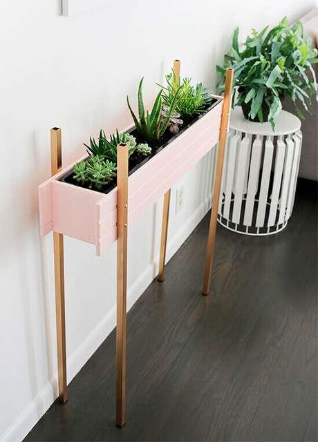 56. Floreira no chão cor de rosa – Via: Pinterest