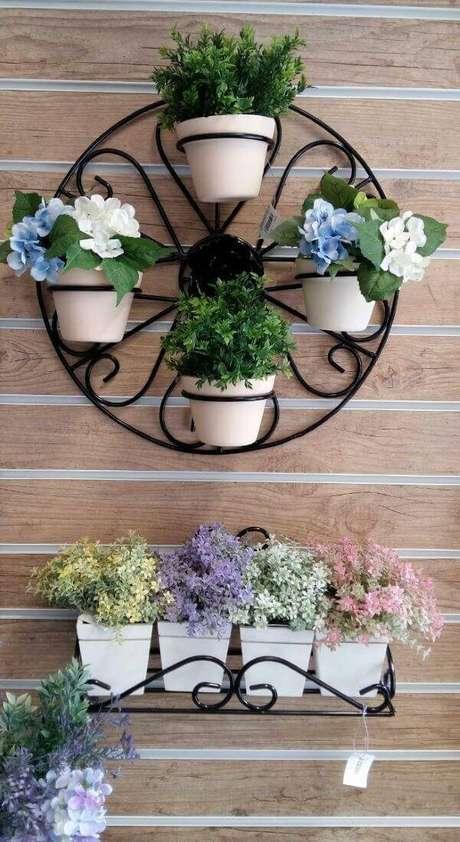 59. Floreiras de ferro para pendurar na parede – Via: Mercado Livre