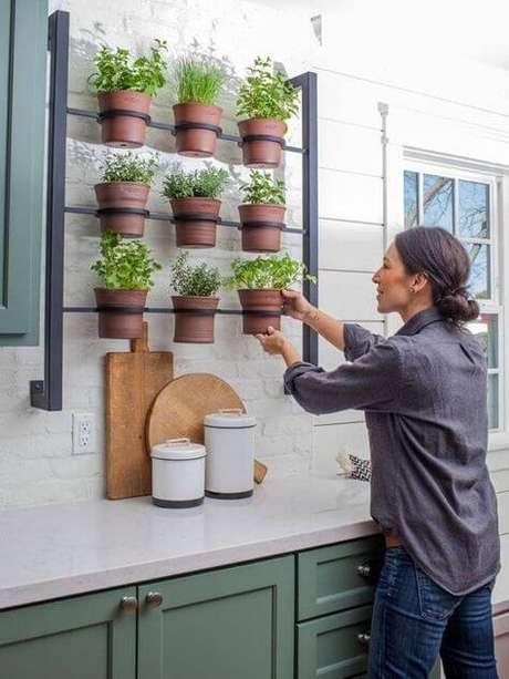 3. Floreira de ferro na cozinha com hortinha – Via: Pinterest