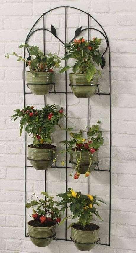 60. Parede decorada com vasinhos de plantas – Via: Top Buzz