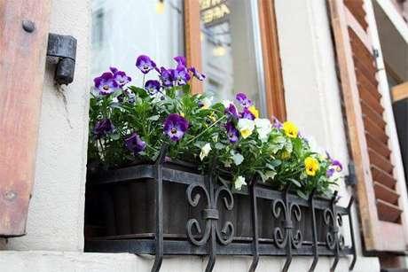 62. Floreira de ferro para janela de casa – Via: Pinterest