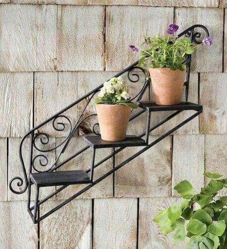 63. Floreira de ferro com flores pequenas – Via: Pinterest