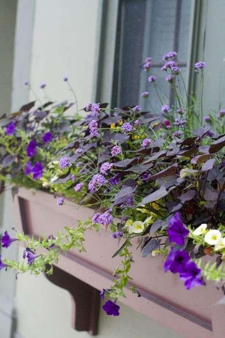 66. Floreira de janela com flores – Pinterest