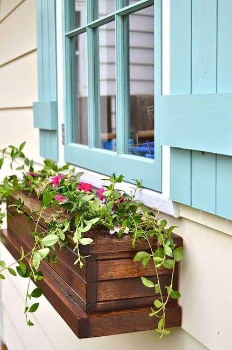 67. Floreira de janela de madeira – Via: Hometalk