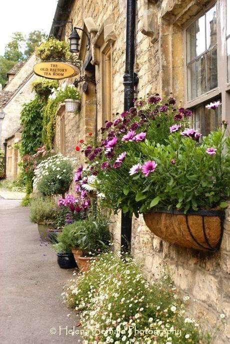 2. Floreira de janela decorando a entrada de casa – Via: Formosa Casa