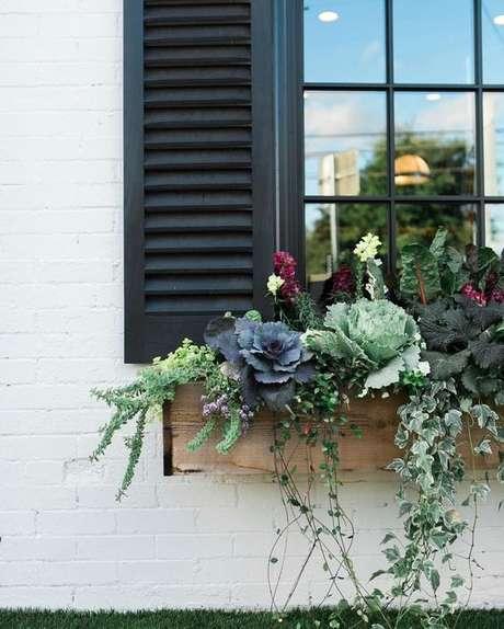 68. Floreiras na janela com flores lindas – Via: Homedee