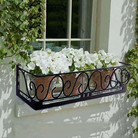 69. Floreiras na janela com flor branca – Via: Anlup