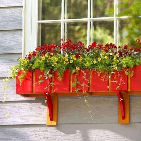 71. Floreira vermelha com flores combinando – Via: Pinterest