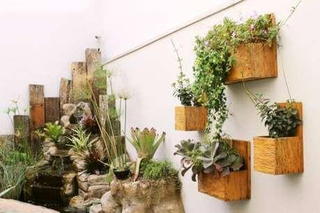 73. Floreira de madeira com plantas – Via: Madeira de demolição