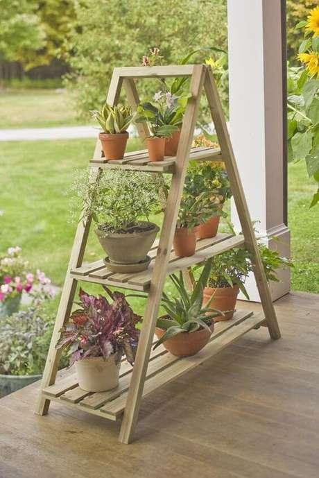 75. Floreira de madeira para jardim – Via: Jeito de Casa