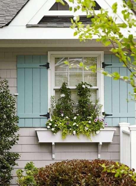 77. Floreira de madeira na janela de casa – Via: Pinterest