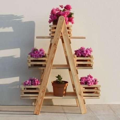 10. Floreira de madeira simples com flores rosa – Via: My Way Decora