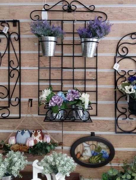 20. Floreira de ferro e flores lindas – Via: Mercado Livre