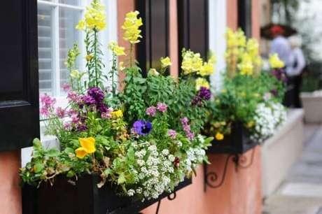 6. Floreiras de ferro com flores super coloridas – Via: Pinterest