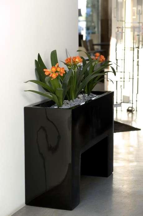 30. Floreira preta com flores laranja – Via: Quarto Sala