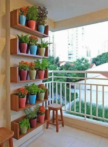 35. Floreira vertical com vasos coloridos – Via: Artesanto
