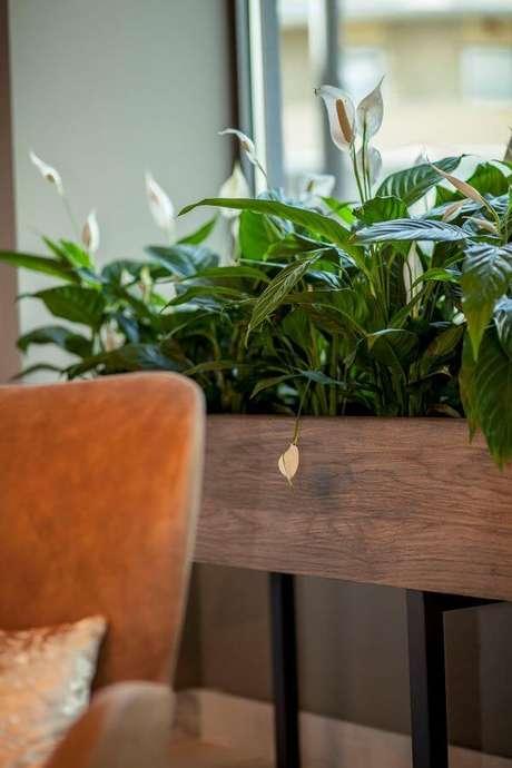 1. Floreiras em madeira e pés de ferro decorada com copo de leite – Via: Pinterest
