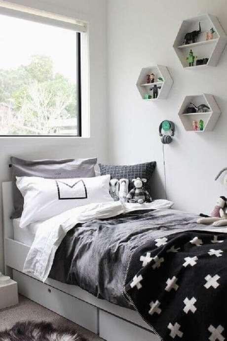 49. Nichos decorativos para decoração de quarto cinza e branco de solteiro – Foto: Just Real Moms
