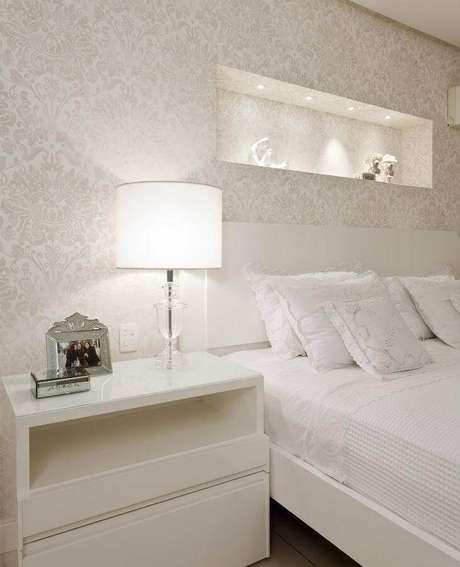 50. Papel de parede com estampa clássica para decoração de quarto branco de casal – Foto: Flávio Moura