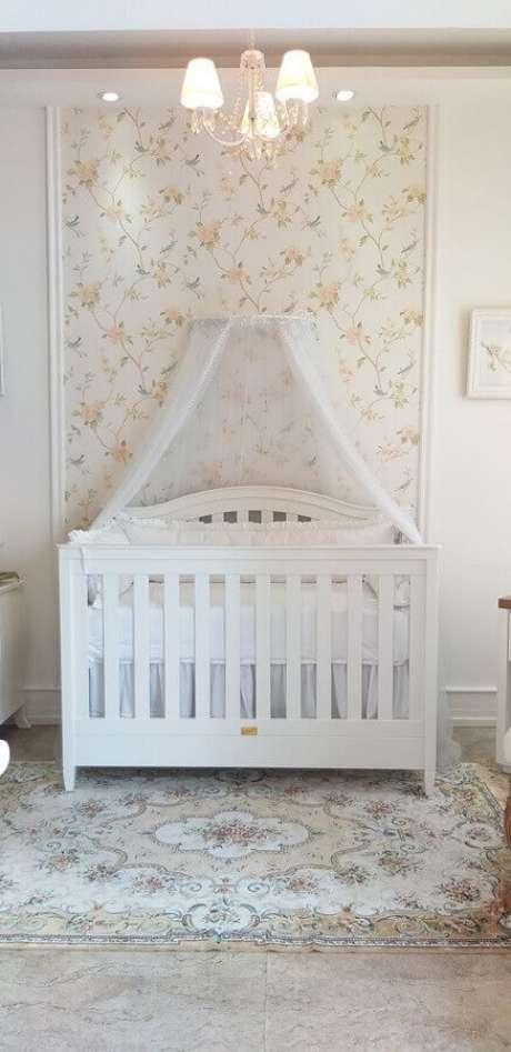 51. Papel de parede floral para decoração de quarto de bebê branco – Foto: Puro Amor