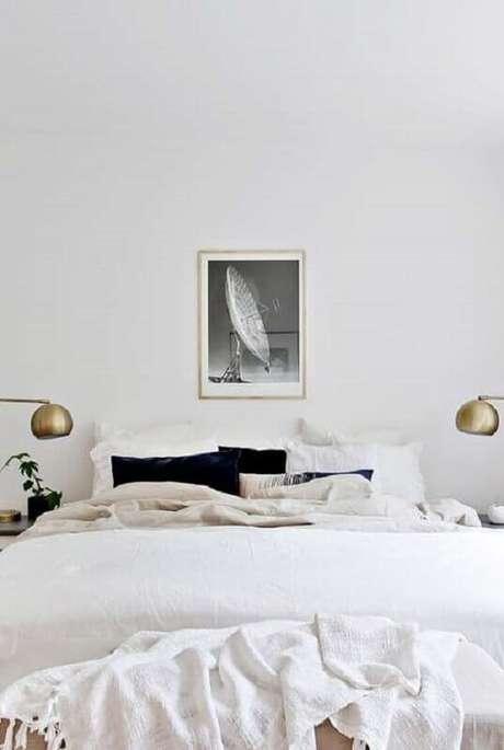 54. Decoração para quarto branco de casal minimalista – Foto: Otimizi