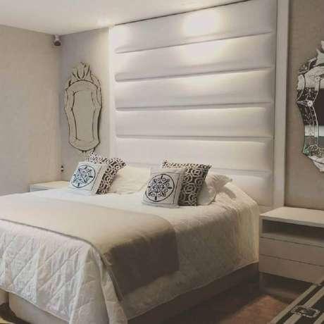 56. Quarto branco decorado com cabeceira estofada e espelho provençal – Foto: ArqVita