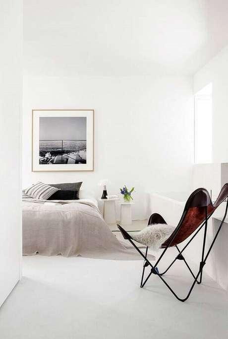 59. Decoração para quarto branco minimalista com poltrona moderna – Foto: Behance