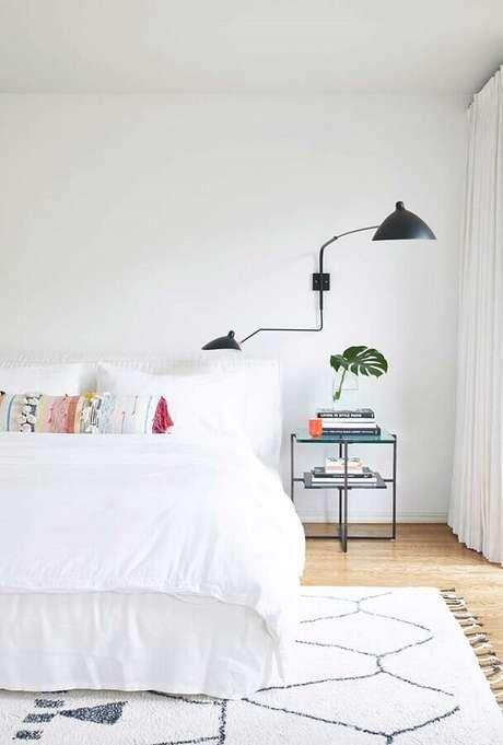 60. Quarto branco moderno decorado com luminária de parede – Foto: Neu dekoration stile
