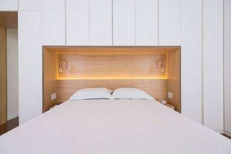 64. O detalhe em madeira deixa a decoração do quarto branco mais acolhedora – Foto: Casa Vogue