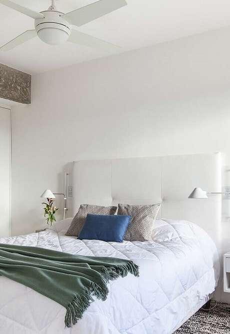 66. Quarto branco simples decorado com cabeceira estofada – Foto: Histórias de Casa
