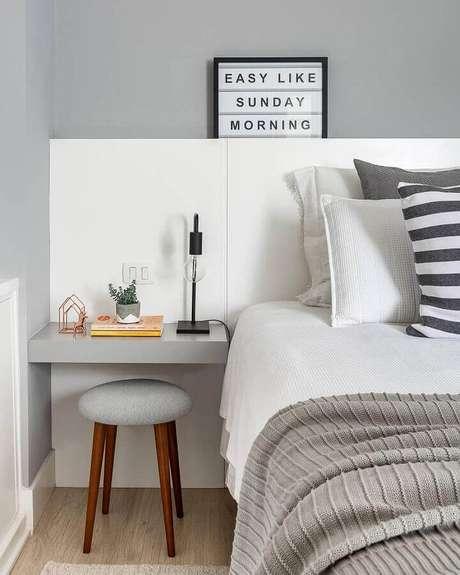69. Quarto cinza e branco moderno – Foto: Pinterest