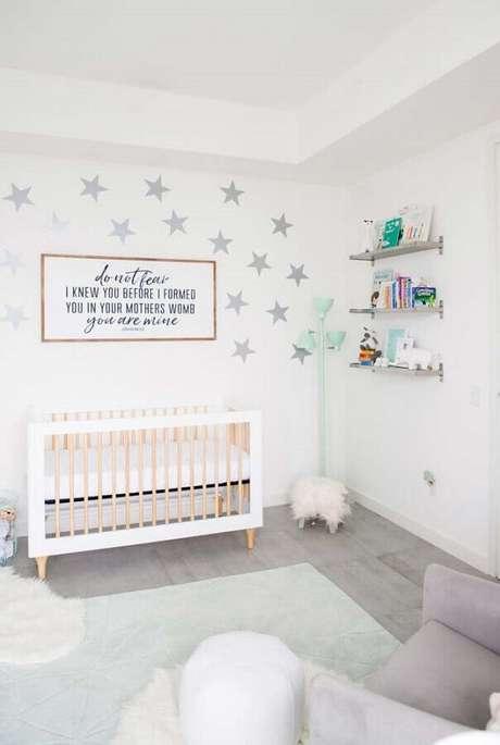 72. Quarto de bebê branco decorado com estrelas pratas na parede – Foto: Ideias Decor