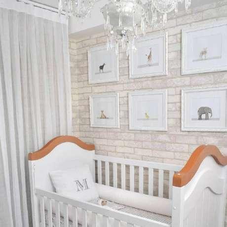 73. Quarto de bebê branco decorado com papel de parede de tijolinho – Foto: Bebê Panda Enxoval