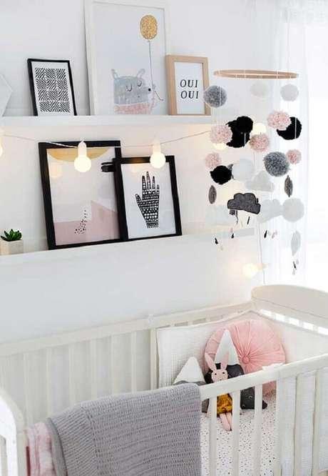74. Quarto de bebê branco decorado com vários quadrinhos apoiados em prateleira estreita – Foto: Pinosy