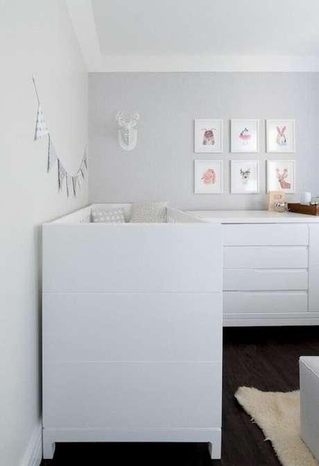 70. Decoração simples para quarto de bebê branco – Foto: Ideas Decor