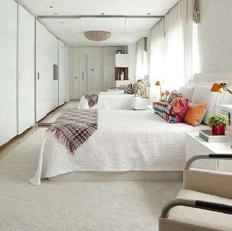 9. Escolha os modelos de móveis para quarto branco que melhor se harmonizem ao estilo do ambiente – Foto: Interior Desing