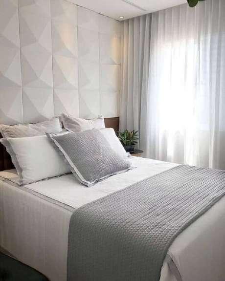 76. Decoração de quarto cinza e branco com revestimento 3D na área da cabeceira – Foto: Pinterest