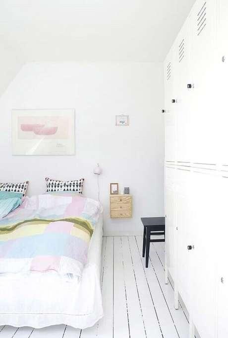 77. As roupas de cama em tons pastéis deixam a decoração do quarto branco mais acolhedor – Foto: Bloglovin