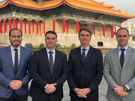 O presidente Jair Bolsonaro e os filhos Carlos, Flávio e Eduardo em Taiwan. 02/03/2018