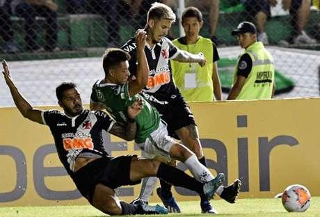 Marcos Junior não conseguiu ter boa atuação no meio do Vasco e acabou substituído (Foto: AIZAR RALDES / AFP)