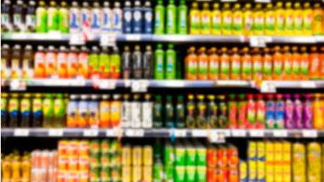 Por seu alto teor de açúcar e quantidade de ingredientes, energéticos são considerados ultraprocessados, afirma Paula Johns, diretora da ACT Promoção da Saúde