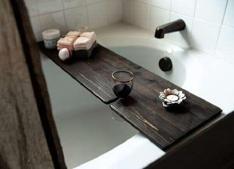 16. Modelo de bandeja para banheira com encaixe para taça de vinho. Fonte: Pinterest