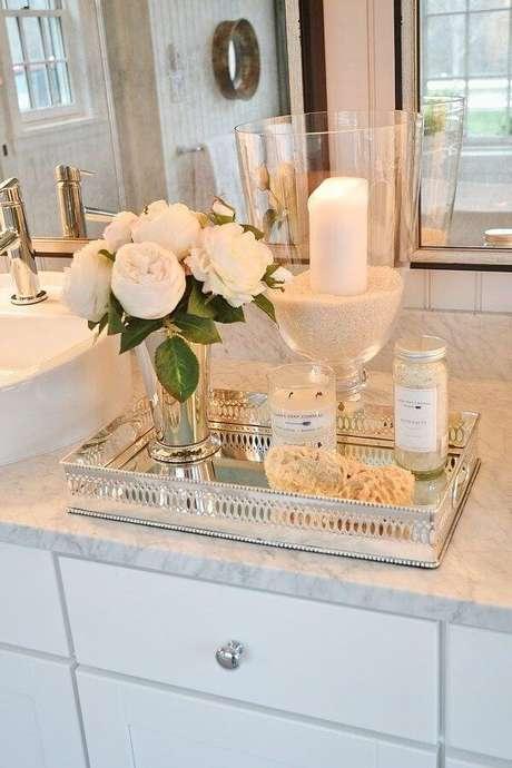18. A bandeja de espelho para banheiro em formato retangular é um modelos mais usuais. Fonte: Pinterest
