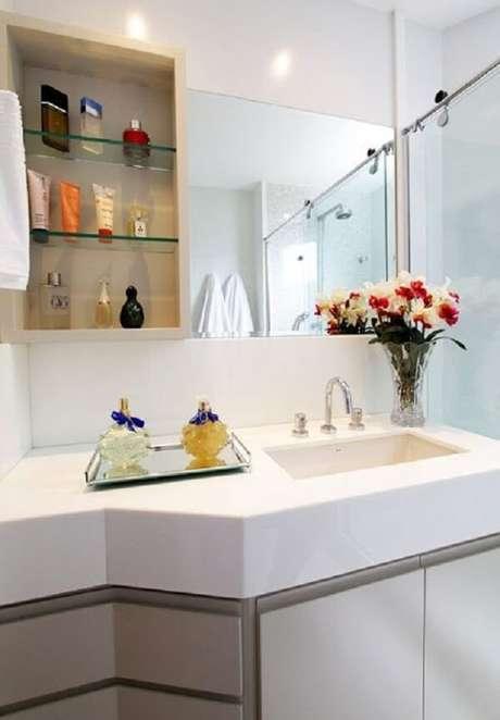 19. A bandeja para banheiro espelhada organiza as saboneteiras do espaço. Fonte: Viajando no Apê