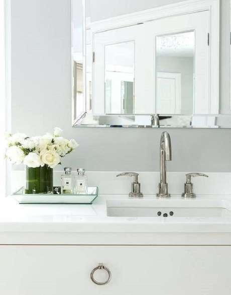 20. A bandeja para banheiro normalmente fica posicionada próxima a bancada da pia. Fonte: Pinterest